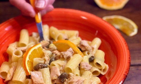 Pasta con sugo di tonno, arancia e capperi