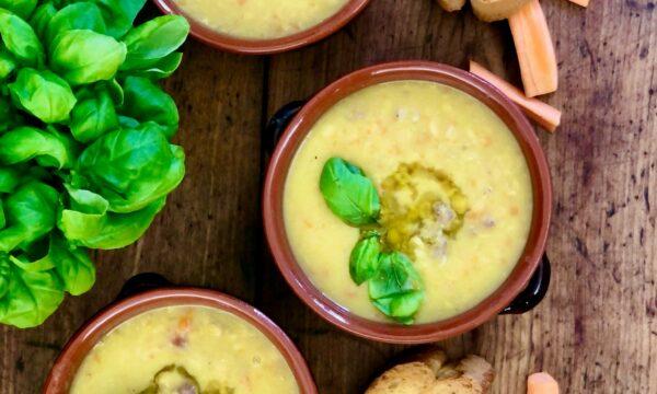 Zuppa marchigiana di legumi decorticati e salsiccia
