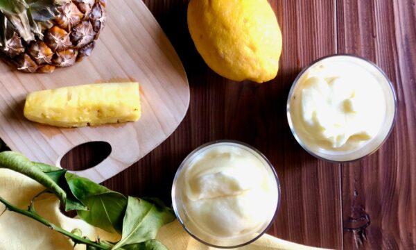 Sorbetto all'ananas con la gelatiera