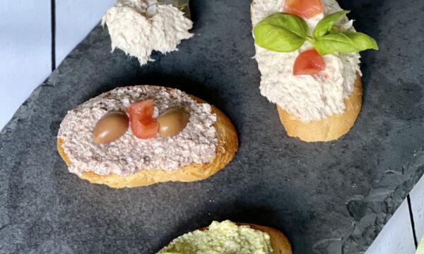 Tris di crostini con mousse di orata, pesto e olive