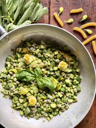 Sughetto con fave, piselli e zucchine