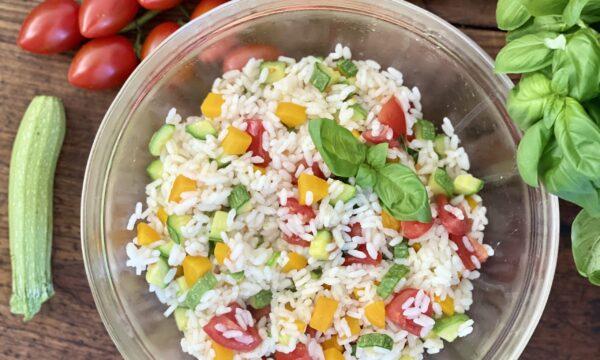 Riso bollito con zucchine, carote e pomodorini