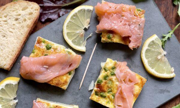 Quadrotti di frittata di piselli con salmone affumicato