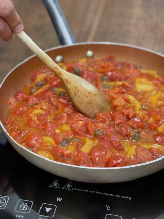 Sughetto di peperoni pomodorini e capperi