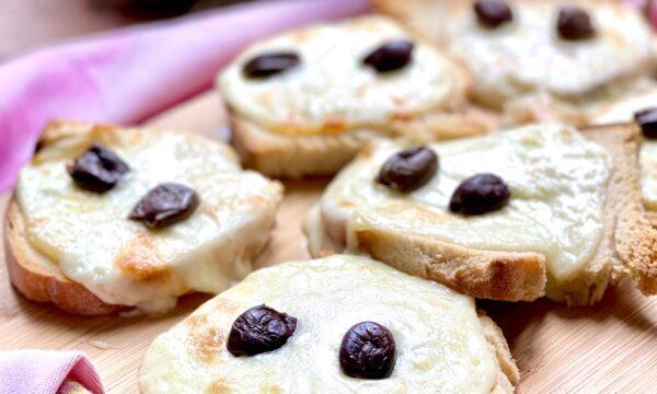 Crostini di pane con pecorino di Pienza