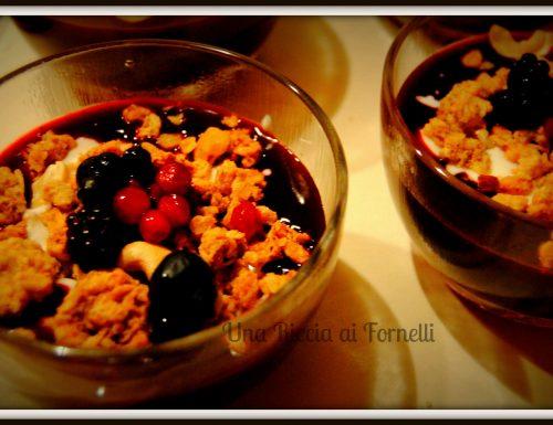 Coppette di yogurt con frutti di bosco