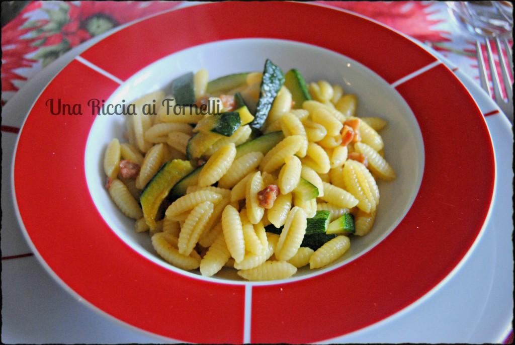 Ingredienti della Pasta con zucchine, pancetta e zafferano per 4 persone