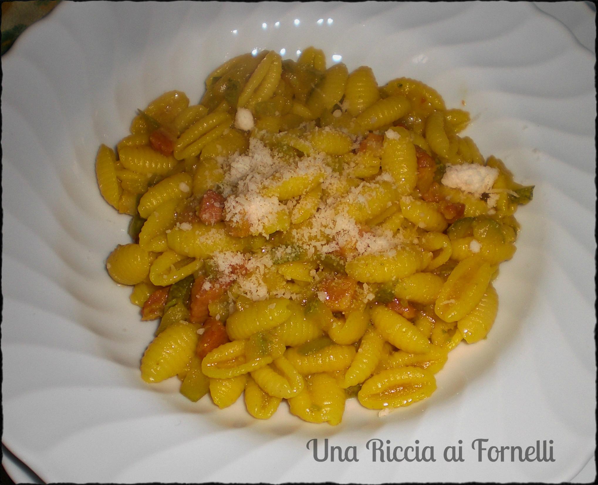 Pasta con zucchine pancetta e zafferano, ricetta gustosa
