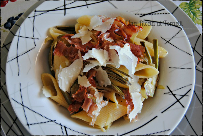Pasta con carciofi e speck croccanti, ricetta golosa
