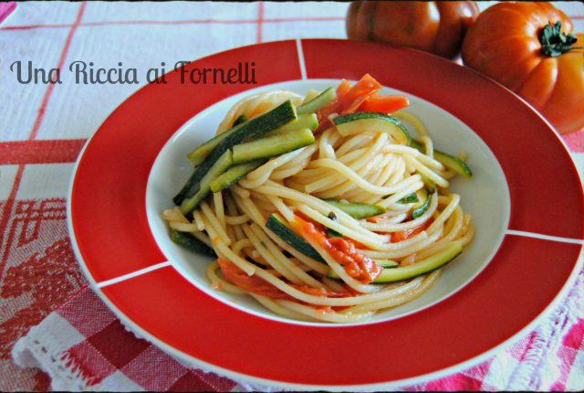 Pasta con zucchine e pomodori freschi