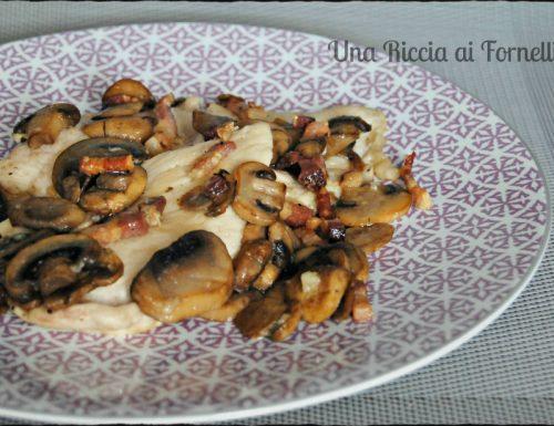 Petto di pollo con funghi e pancetta croccante