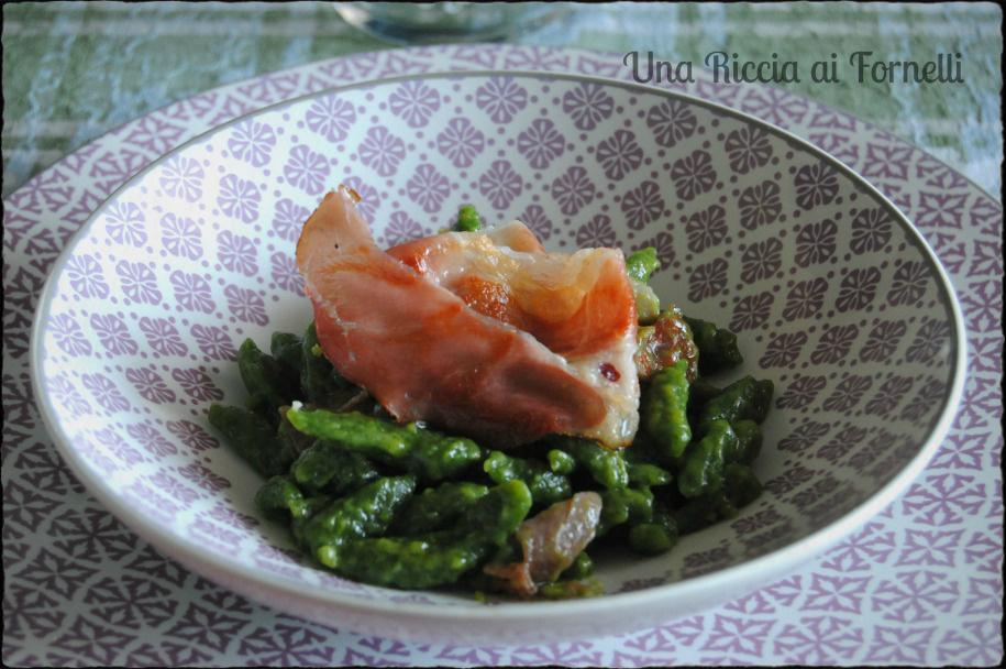 Spatzle agli spinaci con speck croccante una riccia ai - Come cucinare gli spatzli ...