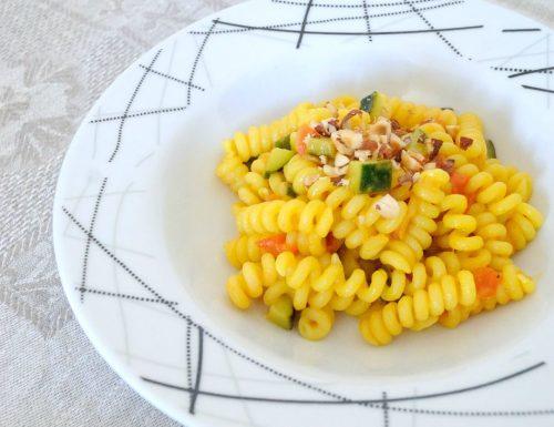 Pasta con curcuma, zucchine e pomodori