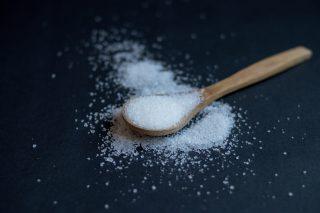 Il peso di un cucchiaino di zucchero in grammi, il saccarosio