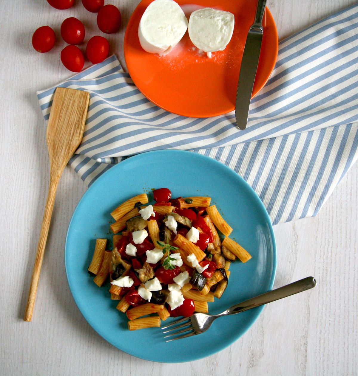 Pasta pomodorini melanzane e mozzarella di bufala