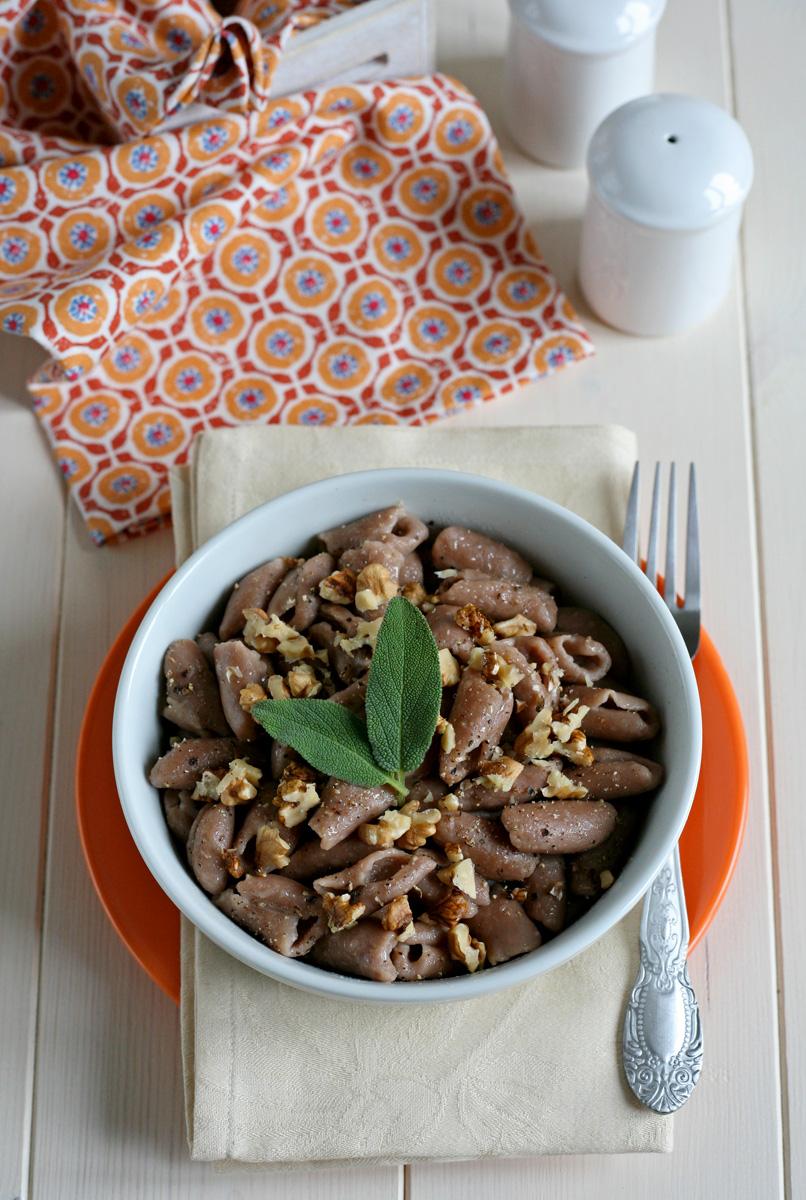 Gnocchetti con farina di castagne al burro, salvia e noci