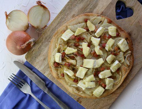 Pizza con cipolle pancetta e brie