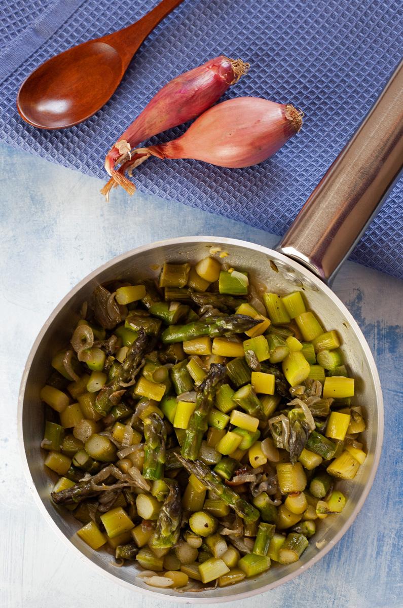 Asparagi e scalogni in padella