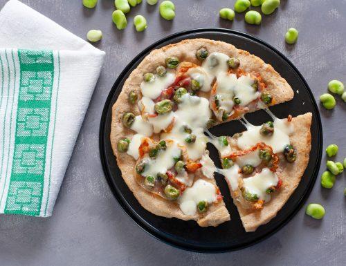 Pizza con fave fresche e pancetta