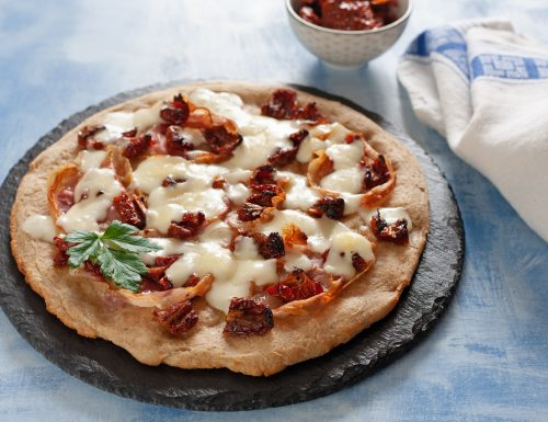 Pizza con pancetta e pomodori secchi