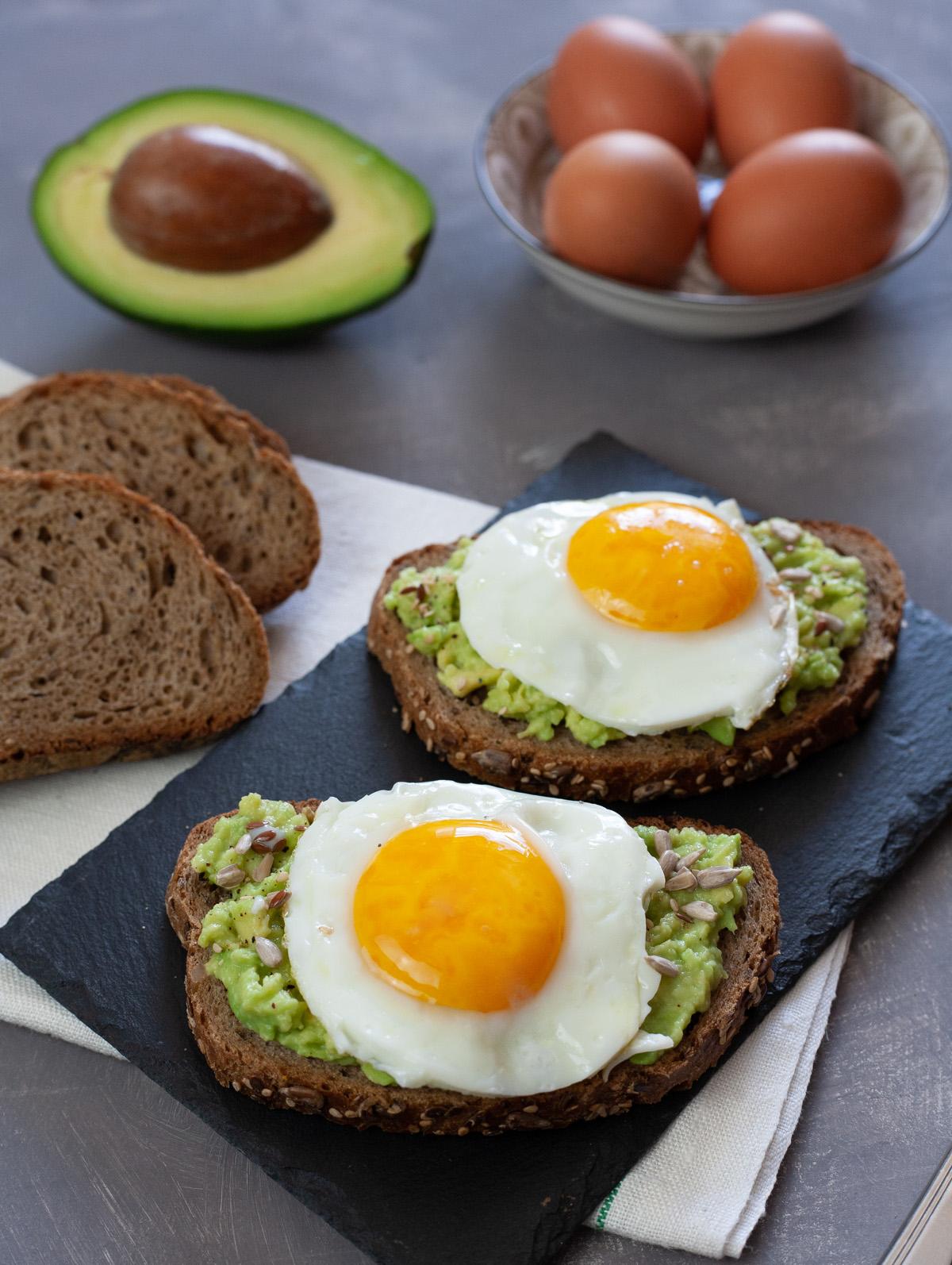 Crostoni di pane con uova e avocado