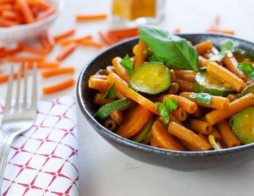 Pasta di lenticchie rosse con zucchine e carote