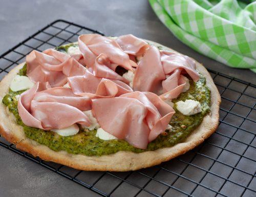 Pizza alla crema di zucchine con ricotta di bufala e mortadella