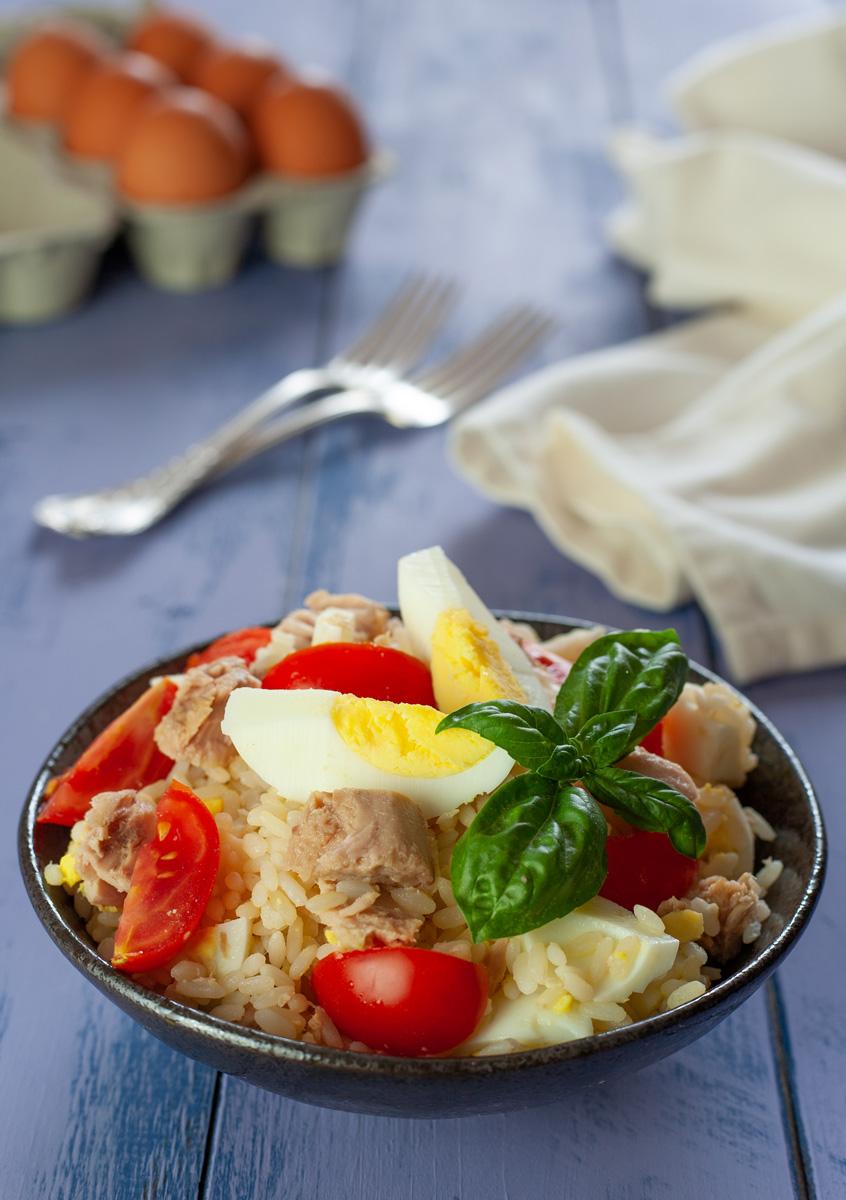 Insalata di riso al tonno con uova e pomodori