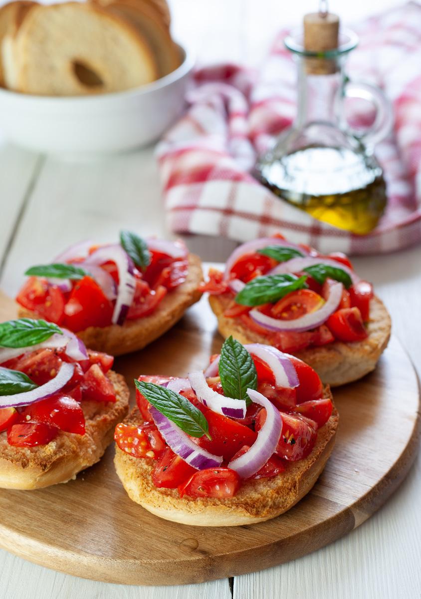 Freselle con pomodori e cipolle