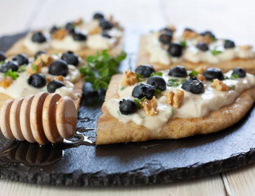 Crostini di piadina con gorgonzola e mirtilli
