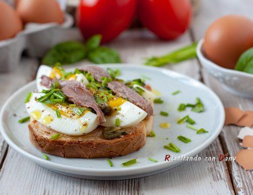 Toast con uova barzotte e acciughe