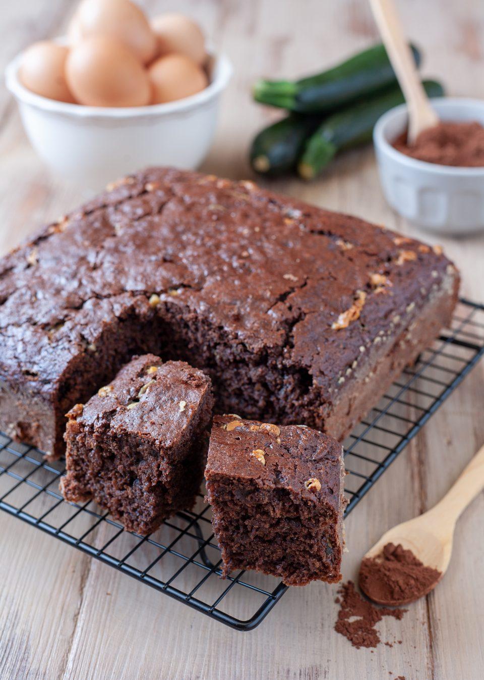 Torta alle zucchine con cacao e gocce di cioccolato bianco