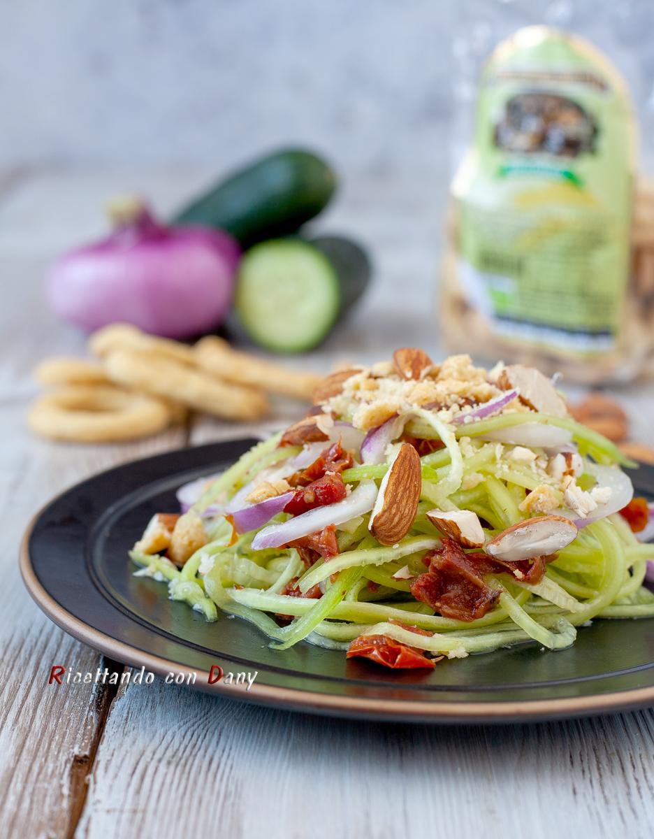 Spaghetti di cetriolo in insalata