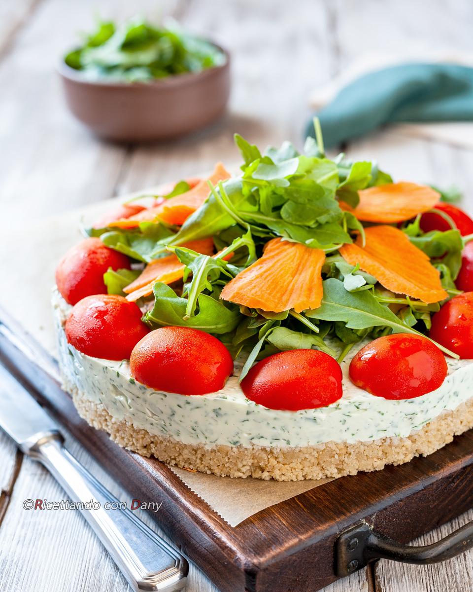 Cheesecake salata con rucola e pomodorini