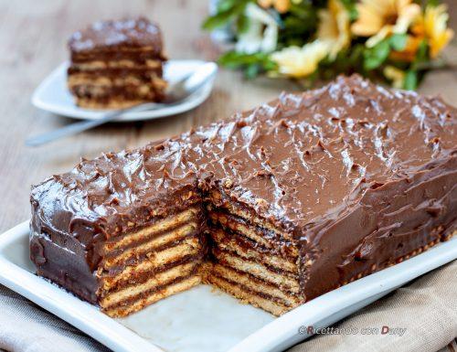 Torta di biscotti con crema al cioccolato fondente
