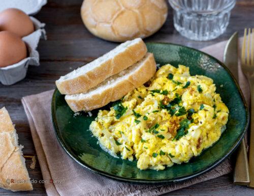 Uova strapazzate alle cipolle