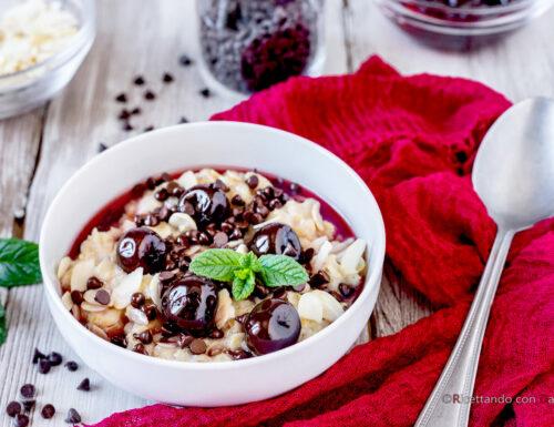 Porridge alla mandorla con amarene e cioccolato