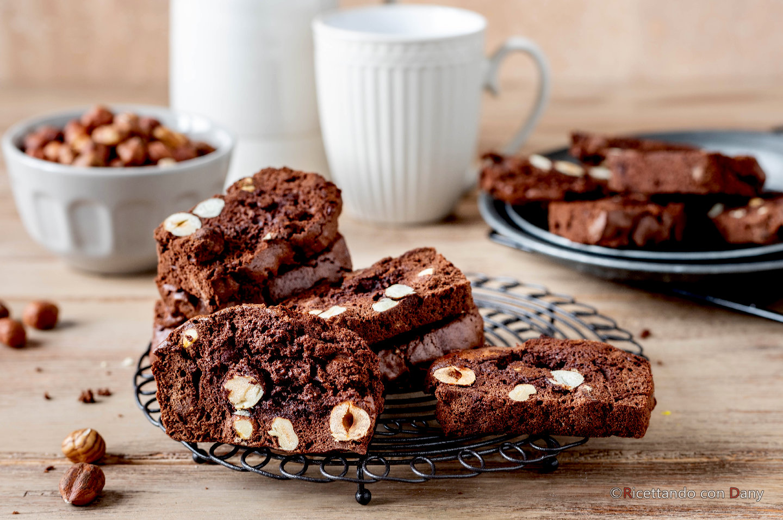 Biscotti di albumi con cacao e nocciole