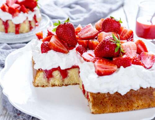 Poke cake alle fragole e panna