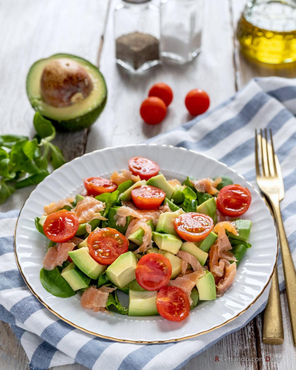 Insalata di avocado e salmone affumicato