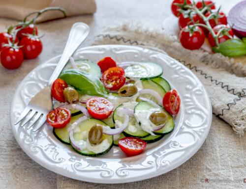 Insalata di cetrioli con salsa allo skyr