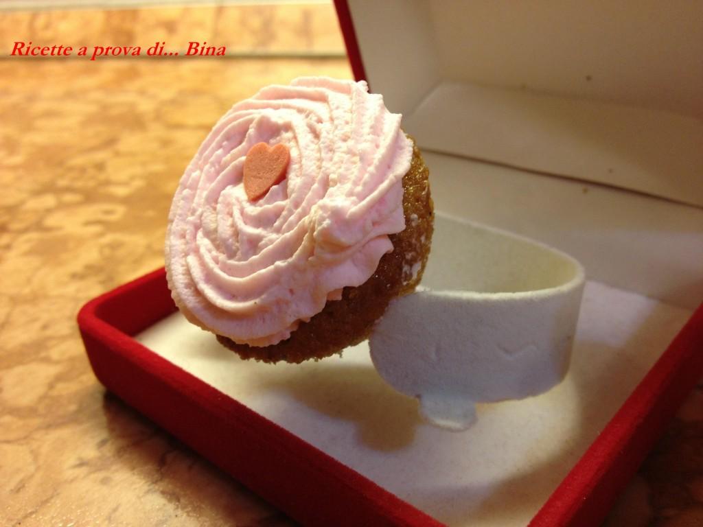 Un cupcakes e' per sempre! Idea per San Valentino. Cupcake ai frutti di bosco con panna montata