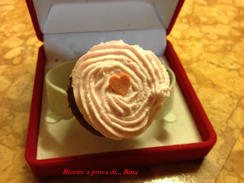 Un cupcake e' per sempre ! Idea per San Valentino. Cupcake ai frutti di bosco con panna montata
