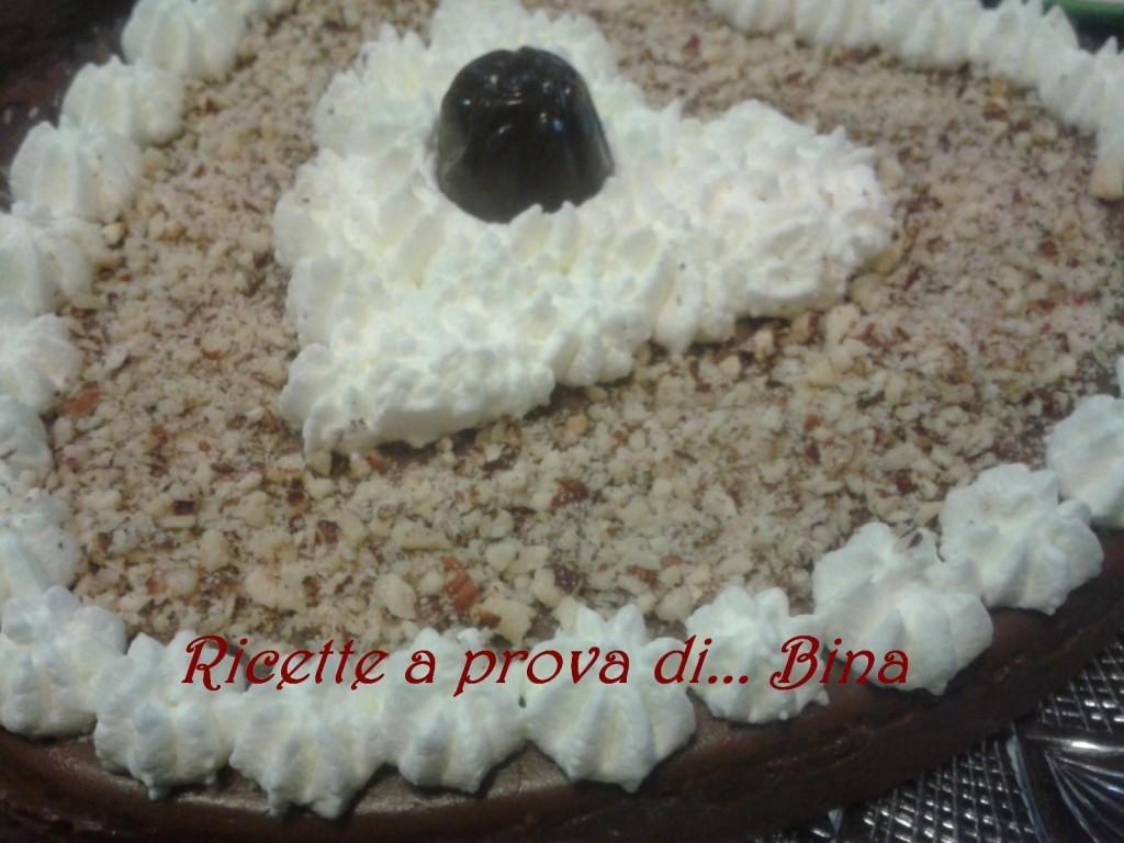 Budino al cioccolato fatto in casa con panna montata e granella di nocciole