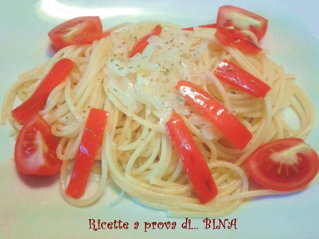 Pasta con cipolle di Tropea e peperoni - ricetta primo piatto