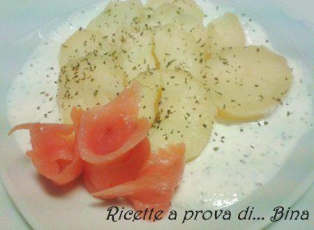Patate con salmone, panna acida e cipollotto
