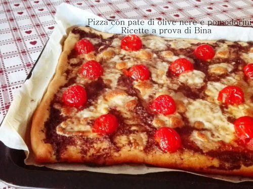 Pizza con pate di olive nere e pomodorini