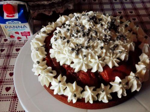 Torta Nua con panna montata e cioccolato