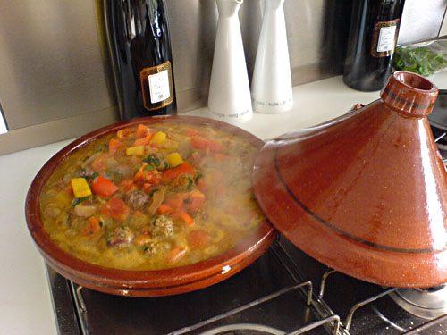 Il tajine, piatto caratteristico con carne (o pesce) e verdure