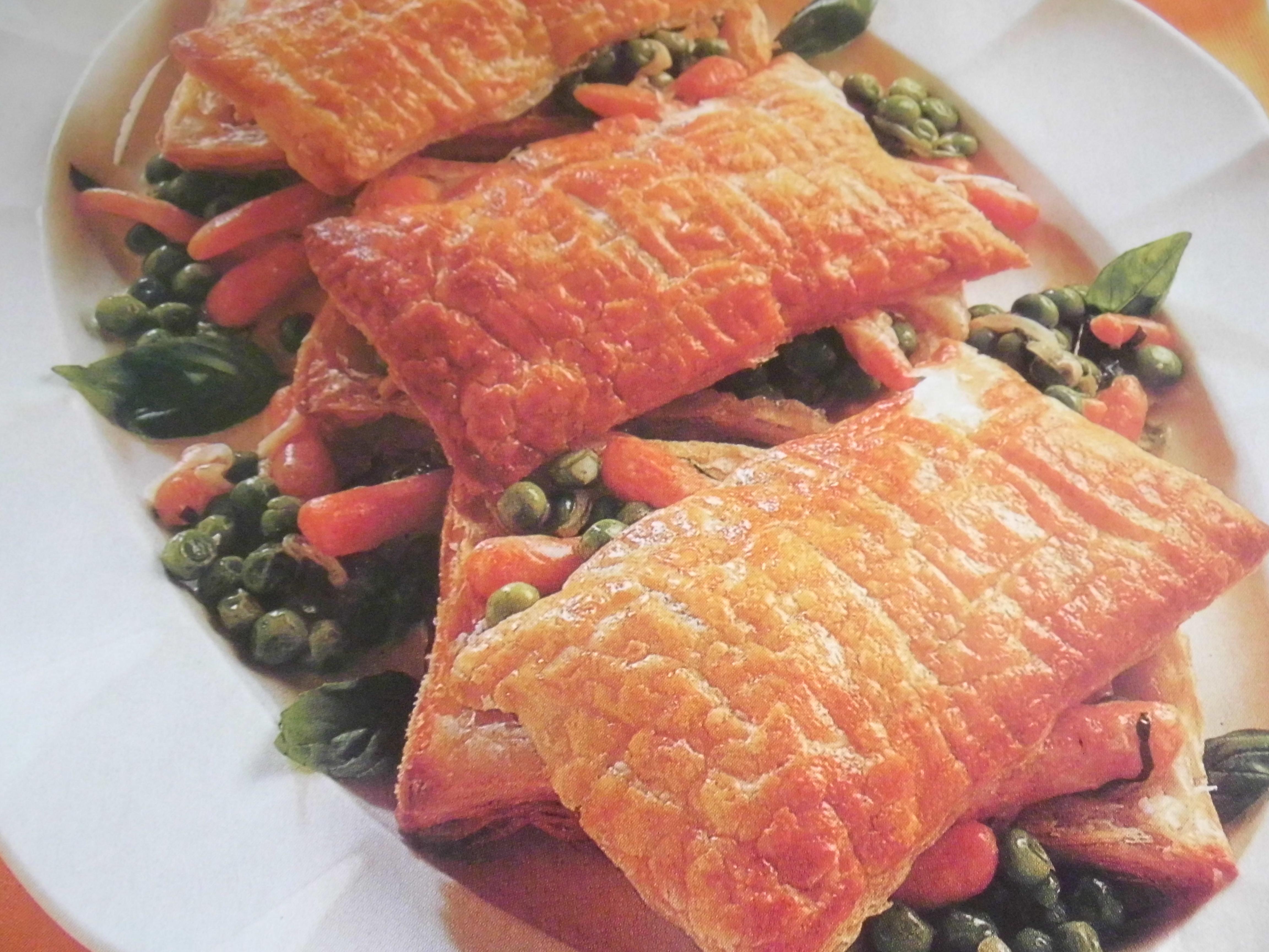 cofanetti di sfoglia con piselli e carote